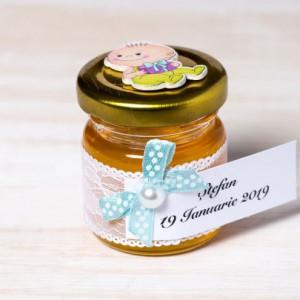 Marturii botez borcanele miere cu dantela alba si figurina baietel