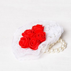 Corsaj margele buchet trandafiri rosii si dantela