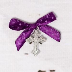 Cruciulite botez argintii cu fundita mov si buline albe