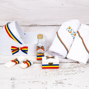 Trusou botez cu model traditional si tricolor in landou