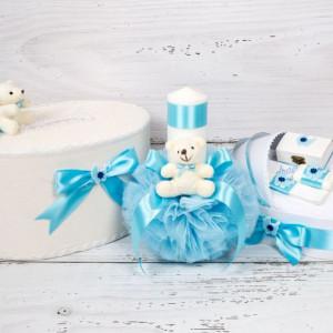 Set cutie dar, lumanare si trusou botez Cu drag de la nasi cu decor bleu, carucior si ursulet plus
