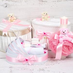 Set cutie de dar, cutie hainute, trusou si lumanare botez roz cu ursuleti si carucior