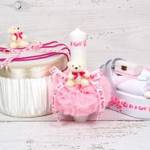 Set botez cutie hainute, lumanare biserica si trusou decor roz It s a girl