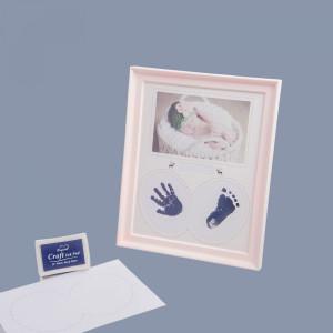 Rama foto roz bebelus cu amprente manuta si piciorus