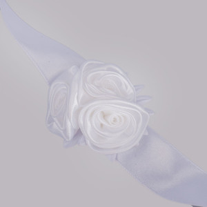 Corsaj satinat trandafiri albi