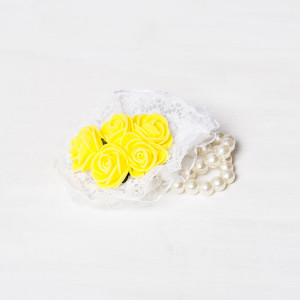 Corsaj margele buchet trandafiri galbeni si dantela