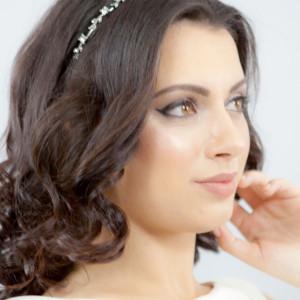 Bentita argintie cu frunzulite decorate cu perle